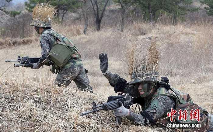Nữ binh sĩ Hàn Quốc tập luyện trên sa trường