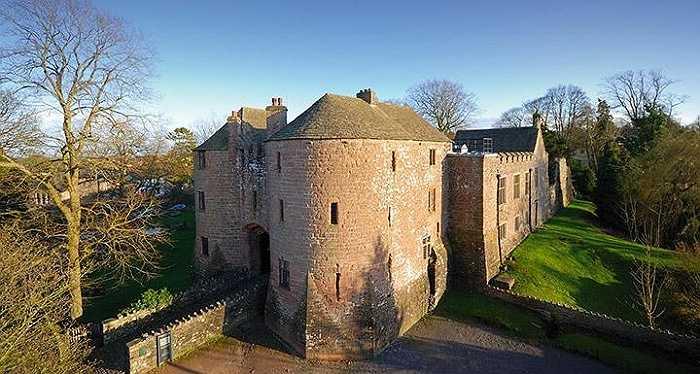 7. Nhà nghỉ St Briavels, Gloucestershire, Anh: Đây là khu ký túc trong một lâu đài cổ 800 tuổi và có giá cả phải chăng nhất nước Anh. Nhiều người thường nói rằng lâu đài này bị ma ám và mỗi đêm sẽ có tiếng trẻ con văng vẳng khóc.