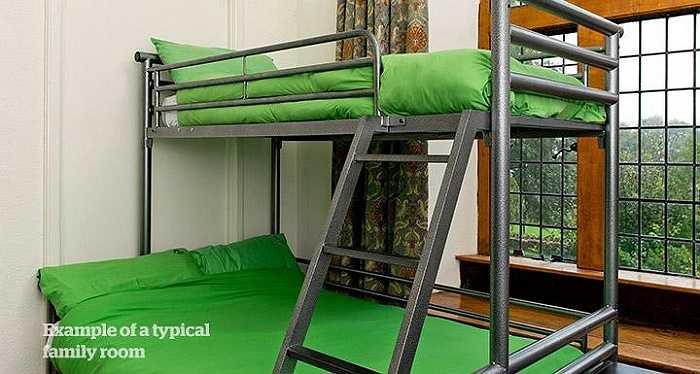 Ngoài những bức tường đá nguyên bản,  đồ nội thất trong nhà nghỉ này cũng đều từ thời kỳ Victoria. Giá một giường từ 24 bảng Anh (khoảng 780.000 đồng)/đêm.