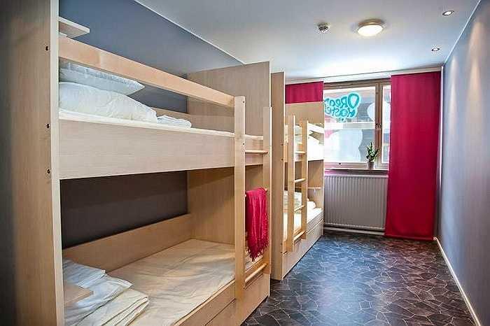 Mỗi giường trong phòng 16 giường có giá 19,8 bảng Anh (khoảng 650.000 đồng) và phòng đôi có giá 62 bảng Anh (hơn 2 triệu đồng) cho một đêm.