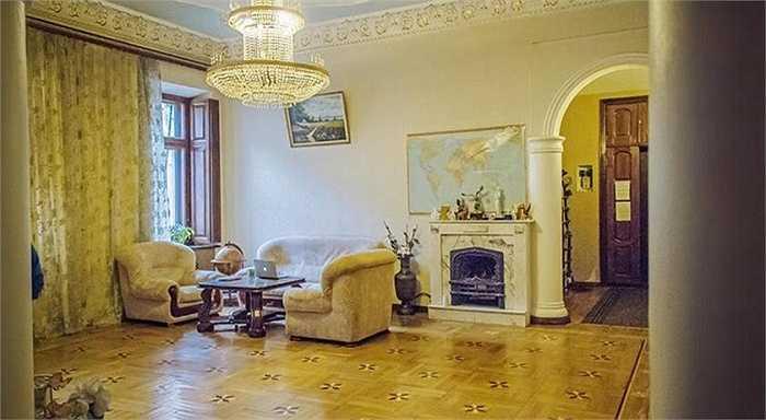 2. Nhà nghỉ Babushka Grand tại Odessa, Ukraine: Tất cả các phòng đều được trang trí theo phong cách cổ với đèn chùm, giấy dán tường và thảm trải sàn hoa văn sặc sỡ, trần nhà họa tiết mạ vàng theo đúng phong cách cung điện quý tộc thế kỷ 18 tại Odessa.