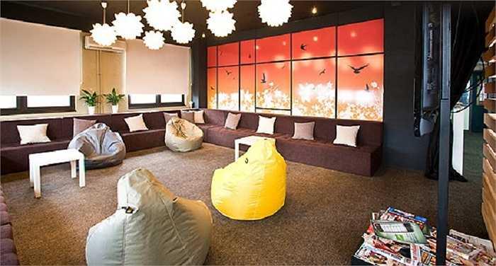 12. Nhà nghỉ Belgrade, Serbia: Thiết kế thời trang, đa chức năng với vị trí trung tâm và giá cực tốt là những điểm cộng nổi bật cho nhà nghỉ Belgrade, cùng một sảnh chính với những chiếc sofa màu sắc và khu ký túc xá hiện đại.