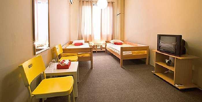Giá một giường khu ký túc xá là từ 8 bảng Anh; giá giường phòng riêng là 16 bảng Anh (hơn 500.000 đồng) mỗi đêm dành cho hai người.