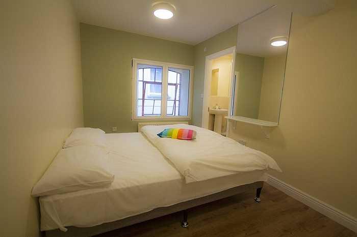 Giá cả tại đây từ 26 bảng Anh (840.000 đồng) cho giường ở khu ký túc xá và 42 bảng Anh (khoảng 1,4 triệu đồng) cho phòng riêng.