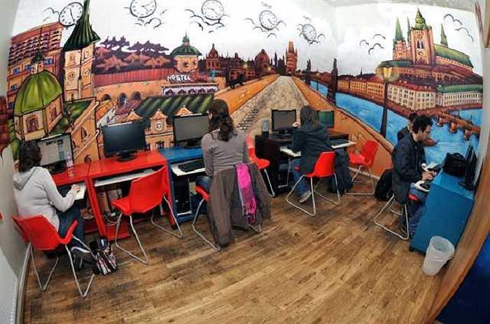 15. Nhà nghỉ MadHouse, Prague, Cộng hòa Séc: được xem là nhà nghỉ quyến rũ và điên rồ nhất tại Prague và chủ sở hữu cũng luôn khẳng định rằng đây không phải là nơi chỉ để ngủ mà là nơi bạn được sống như đang ở chính ngôi nhà của mình.