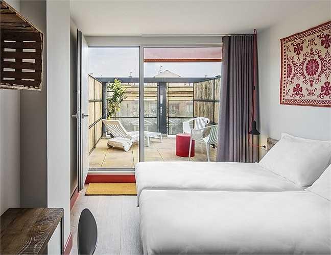 Mỗi phòng đều có đèn sáng, sàn lát gạch trang trí có hoa văn và một sân thượng có thể nhìn ra được nơi đẹp nhất của thành phố. Một giường trong khu vực chung từ 11,40 bảng Anh (khoảng 370.000 đồng)và một phòng đôi có giá 21,60 bảng Anh (khoảng 700.000 đồng).