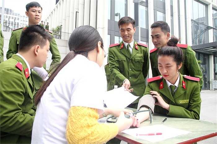 Các chiến sĩ trẻ luôn sẵn sàng chia sẻ giọt máu để cứu chữa những người bệnh