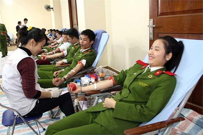 Dù lần đầu hiến máu nhưng những chiến sĩ trẻ vẫn tỏ ra rất tự tin, vui vẻ
