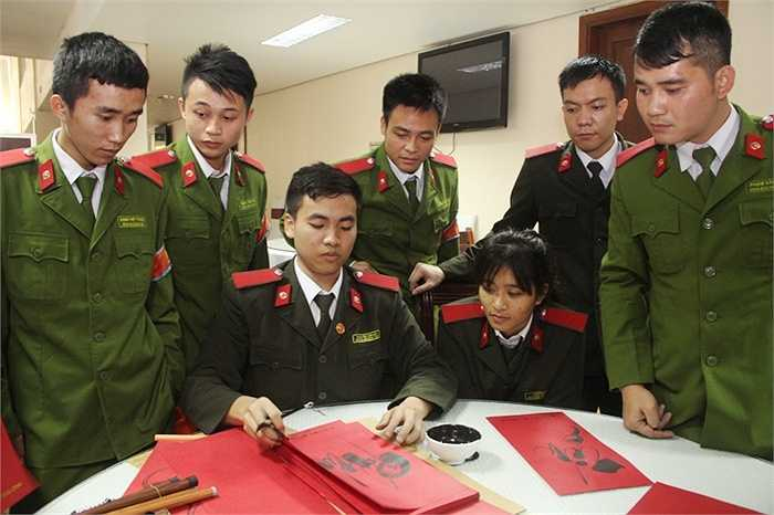 Sau khi hiến máu, các chiến sĩ trẻ còn được tặng chữ do chính đồng nghiệp viết tặng