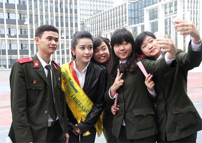 Nhiều chiến sĩ trẻ không quên ghi lại những hình ảnh kỷ niệm cùng Á hậu Huyền My