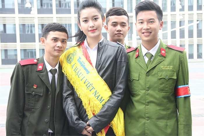 Các chiến sĩ trẻ thích thú khi được chụp ảnh cùng Á hậu Huyền My