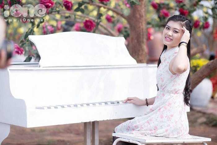Không chỉ sở hữu vẻ ngoài xinh xắn, duyên dáng với chiếc răng khểnh, Huyền Trang còn có thành tích học tập khủng, đa tài và là người mẫu nổi bật của VTV.