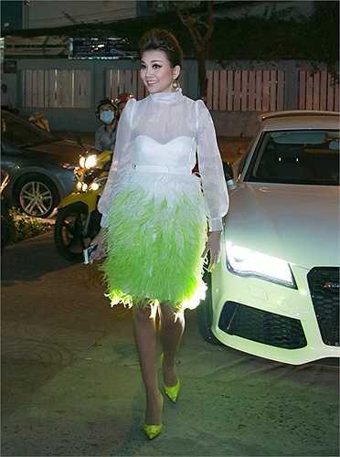 Thanh Hằng xuất hiện tại buổi lễ ra mắt phim với chiếc váy được làm kì công từ lông đà điểu, kết hợp với áo trắng