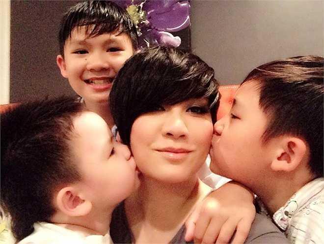 Bên cạnh việc đi diễn, Phương Trinh cũng dành nhiều thời gian cho 3 cậu con trai, bản thân và bạn bè. Nhiều khán giả nhận xét, Trizzie thậm chí còn đẹp và tươi trẻ hơn xưa.