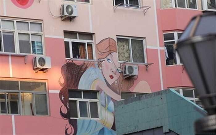 Ngược lại, một số người dân lớn tuổi lại cho rằng những bức vẽ phụ nữ trên mặt tiền tòa nhà là quá hở hang và thô thiển.
