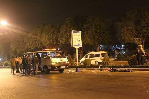 Xe máy tông mạnh vào đuôi xe tải dừng đèn đỏ, 2 người tử vong