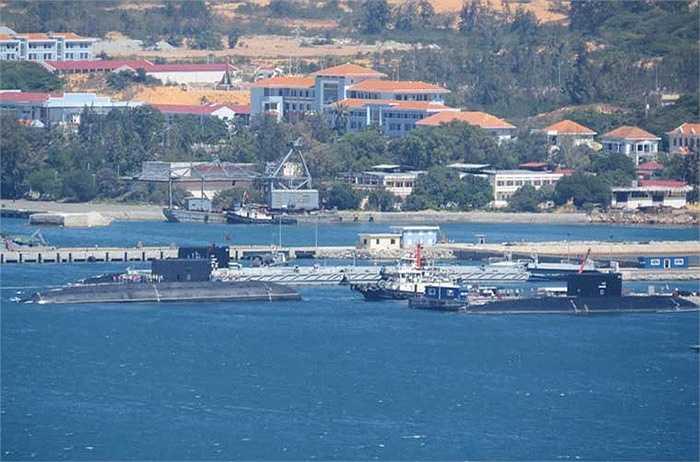 Đến 12h10, tàu ngầm Kilo HQ-184 Hải Phòng cập cảng Lữ đoàn tàu ngầm 189 an toàn. Như vậy hiện nay, quân cảng Cam Ranh đã tiếp nhận ba tàu ngầm là HQ-182 Hà Nội, HQ-183 TP.HCM và HQ-184 Hải Phòng.