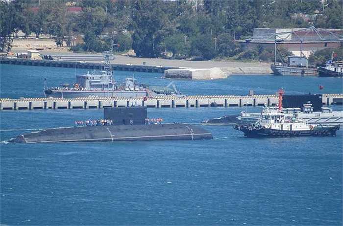 Lúc 12h, một hồi còi vang lên chào đón tàu ngầm Kilo HQ-184 Hải Phòng vào quân cảng Cam Ranh.
