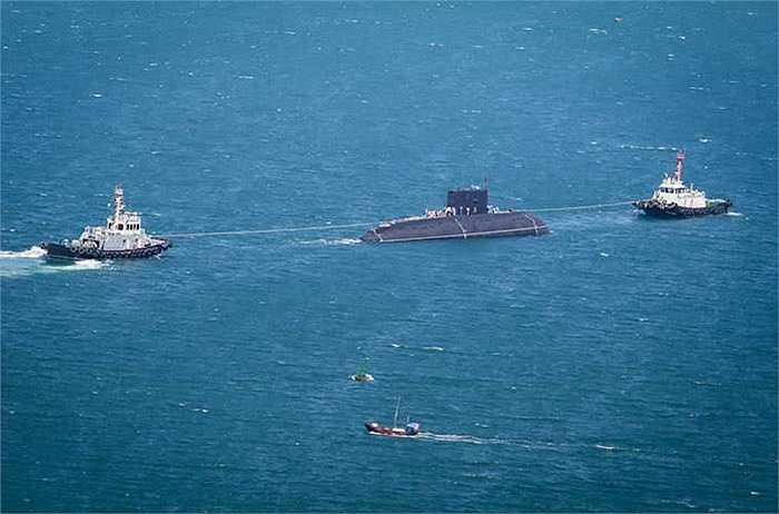 Đến 11h30, tàu ngầm Kilo HQ-184 Hải Phòng được hai tàu Tân Cảng A1 và IMO 990 kéo về bến cảng Lữ đoàn 189.