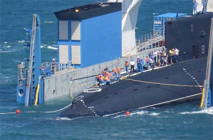 Cán bộ chiến sĩ hải quân tiến hành việc tách tàu ngầm Hải Phòng ra khỏi tàu vận tải.