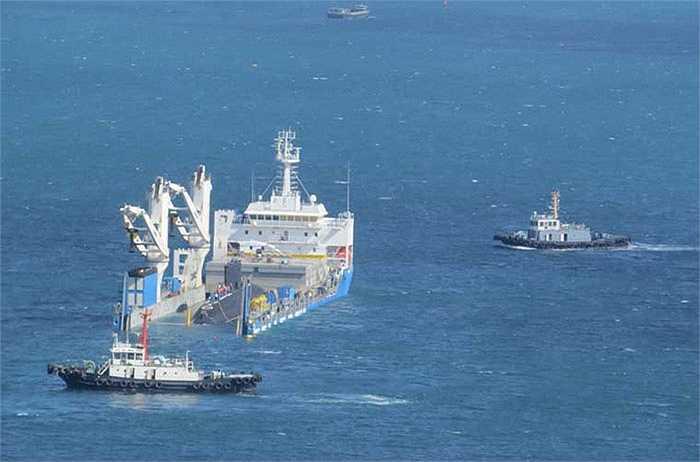 Lúc 9h10, hai tàu Tân Cảng A1 và tàu IMO 990 đã có mặt để đảm nhận công việc quan trọng đưa tàu ngầm vào quân cảng. Trong quá trình chờ tàu Rolldock Star chìm một phần, hai tàu Tân Cảng A1, IMO 990 đảm nhiệm công tác cảnh giới, bảo vệ vòng ngoài.