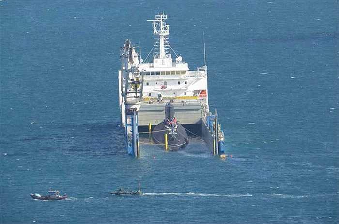 Sáu xuồng CQ túc trực từ sáng làm nhiệm vụ bảo vệ quanh khu vực tàu ngầm, cảnh báo tàu cá, tàu không phận sự không được vào khu vực lai dắt. Ảnh: Xuồng CQ chặn một tàu cá đi qua khu vực lai dắt tàu ngầm HQ-184 Hải Phòng.