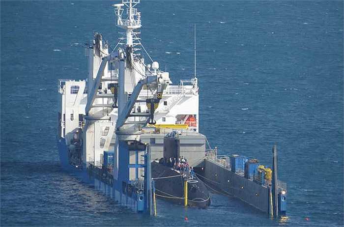 Rạng sáng nay, các chuyên gia kỹ thuật Nga và cán bộ Quân chủng hải quân đã làm chìm một phần tàu vận tải Rolldock Star và tiến hành các bước kéo tàu ngầm Kilo HQ-184 Hải Phòng.
