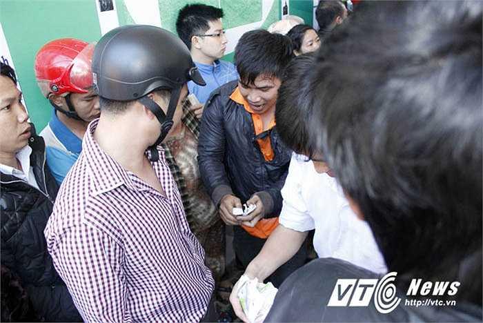 Trong đám đông mua vé luôn có cả lực lượng phe vé sẵn sàng mua đi bán lại để kiếm lời