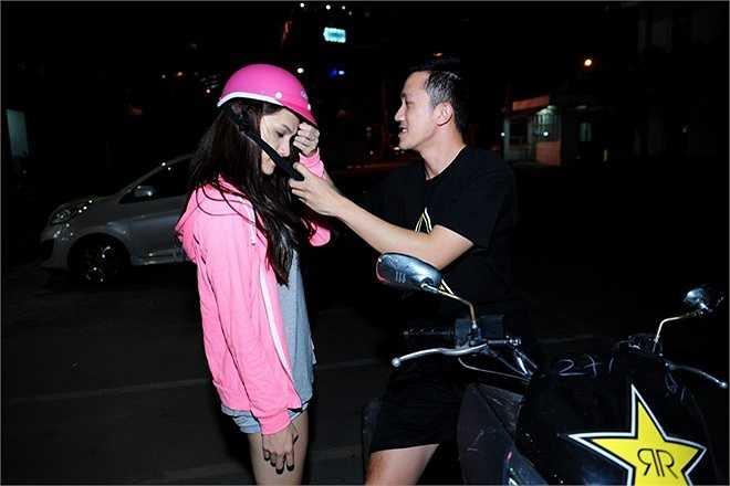 Criss chủ động chăm sóc bạn gái rất chu đáo. Anh chia sẻ, chỉ có 6 tháng ở Việt Nam nên trảnh thủ ở bên cạnh ủng hộ cô. Trong khi đó, người đẹp chuyển giới chia sẻ, cô xúc động trước sự quan tâm, ân cần của Criss Lai dành cho mình.