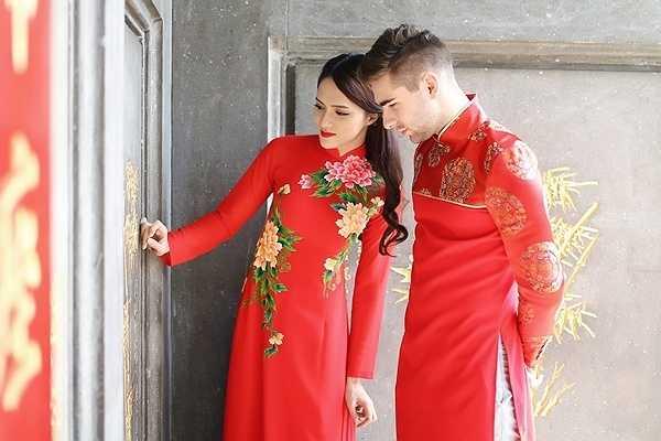 Mới đây, Hương Giang Idol cùng bạn nhảy đã cùng nhau thực hiện bộ ảnh trong tà áo dài truyền thống của Việt Nam.