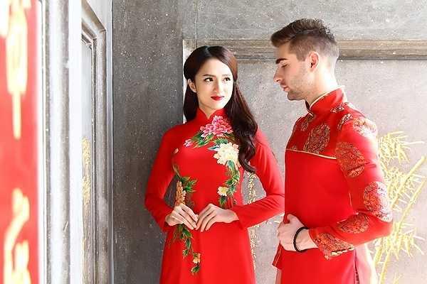 Nữ ca sỹ khéo léo chọn cho  Georgi Ganev tà áo dài với màu sắc và hoa văn truyền thống khiến anh vô cùng thích thú