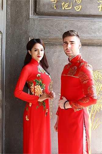 Không chỉ là bạn diễn trên sân khấu, ngoài đời cả hai khá thân thiết với nhau và Hương Giang tự nhận mình là 'hướng dẫn viên' để chia sẻ với bạn nhảy điển trai về văn hóa cũng như cuộc sống tại quê hương của mình.