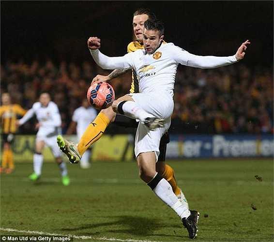 Robin Van Persie khoác áo Man Utd ghi bàn hạ gục Arsenal.