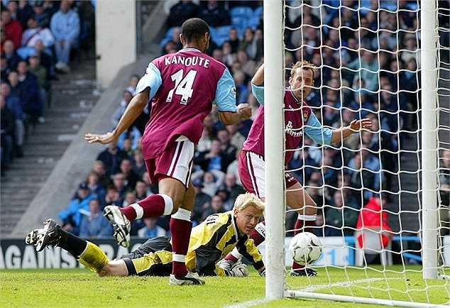 Vì chuyển sang Man City, Peter Schmeichel đã bị Garya Neville (đội trưởng Man Utd khi đó) từ mặt.