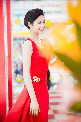 Cô diện một chiếc đầm đỏ rực rỡ với những nếp gấp cách điệu đặc biệt.