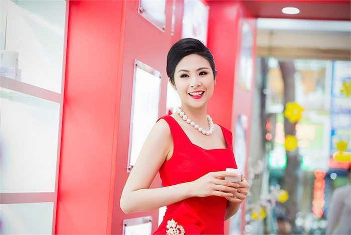 Trang phục này được NTK Xuân Lê may riêng cho Hoa hậu Việt Nam 2010.