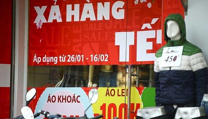 Dịp sát Tết, hàng loạt các biển hiệu quảng cáo giảm giá treo tràn ngập các con phố kinh doanh thời trang ở Hà Nội.