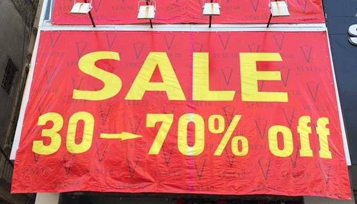 Một biển quảng cáo rộng đến hơn chục m2 thông tin giảm giá tới 70% trên con phố mua sắm Chùa Bộc.
