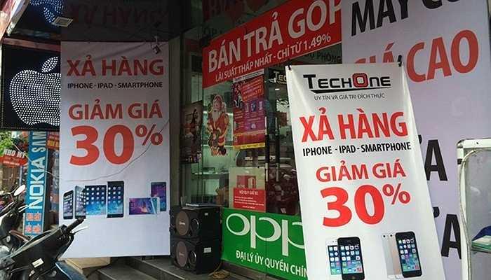 Các gian hàng điện tử, điện thoại di động trên đường Xuân Thủy thông báo xả hàng giảm giá tới 30%. Tuy nhiên các sản phẩm được giảm chỉ là phụ kiện pin sạc, tai nghe, ốp lưng...