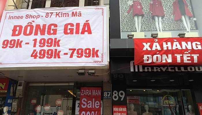 Những gian hàng san sát nhau trên phố Kim Mã đồng loạt treo biển hạ giá dịp Tết.