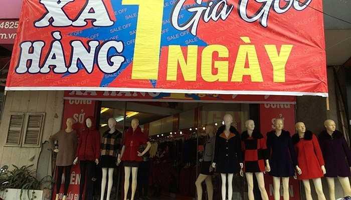 Một cửa hàng thời trang treo băng rôn xả hàng giá gốc chỉ một ngày trong hai tuần nay.