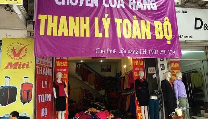 Giăng biển quảng cáo 'chuyển cửa hàng' hay 'thanh lý toàn bộ' nhằm kích cầu người mua nhưng cửa hàng trên Kim Mã vẫn vắng khách.