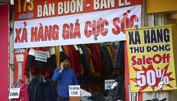 Quần áo mùa đông có giả chỉ từ 100.000 đồng đến 200.000 đồng trên phố Chùa Bộc. Một người bán hàng tiết lộ, hàng ở đây chủ yếu là nhập từ Trung Quốc có giá siêu rẻ vì vậy dù có giảm giá tới hơn 50% vẫn có lãi.
