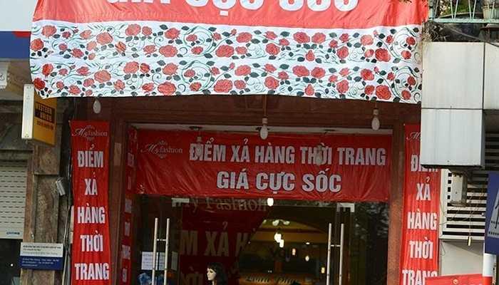 Phố Đinh Tiên Hoàng bỗng dưng cũng biến thành 'chợ' thời trang giảm giá với những tấm băng rôn rất lớn.
