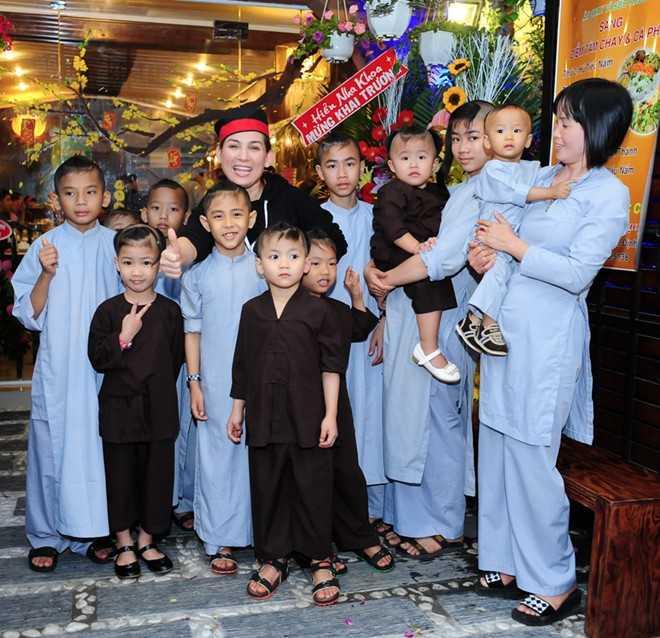 Hiện, nữ ca sĩ nuôi 18 bé từ sơ sinh đến khoảng 10 tuổi. Cô sẽ cấp dưỡng đến khi các bé tròn 18 tuổi. Phi Nhung cũng tiết lộ cô không dám tiến xa hơn với bất kỳ người đàn ông nào vì khó có ai chấp nhận chăm bẵm cả 18 bé cùng cô.