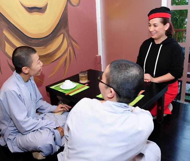 Phi Nhung chia sẻ, mỗi khi cô bận đi diễn, sư phụ và 3 vị sư cô ở chùa thay nhau chăm sóc các bé rất chu đáo, nên phần nào cô cũng an tâm.