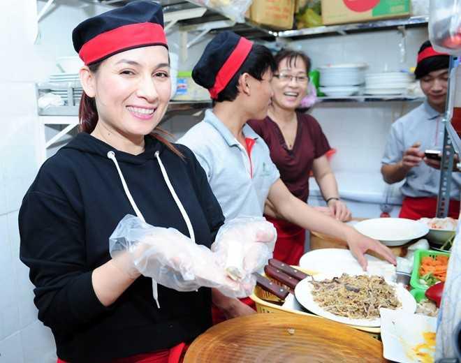 Tại buổi khai trương quán chay, nữ ca sĩ trực tiếp vào bếp làm đồ ăn đãi khách.