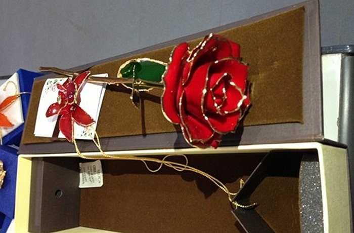Ngoài các loại hồng mạ vàng viền cánh thông thường, còn có thể khắc các dòng chữ như 'I love you' 'yêu em', 'Be my vanlentine'… lên lớp sơn mài phủ bên ngoài cánh hoa