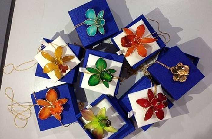 Các sản phẩm dát vàng 24k như dây chuyền hoa lan hay khuyên tai bông lúa là những món quà độc đáo được giới trẻ lùng mua dịp lễ tình nhân năm nay