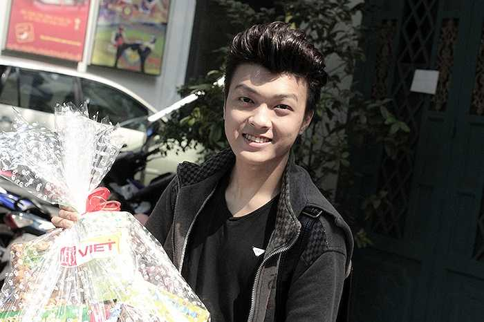 Chàng hotboy dân tộc Tày Khánh Hoàng – người đã đạt giải tư và được khán giả yêu thích trong cuộc thi Solo cùng bolero vừa diễn ra cũng cùng 'đàn chị' đi làm từ thiện.
